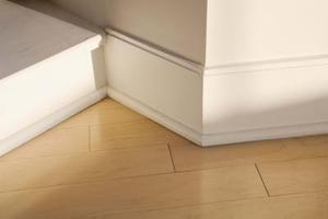 Slik installerer en Tile Baseboard i et bad